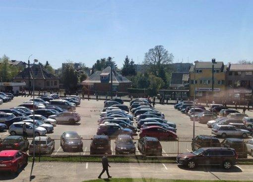 Kauno klinikų lankytojai įkalinti stovėjimo aikštelėje: nusidriekė didžiulė eilė
