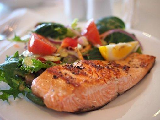 Dietologės patarimai: ką valgyti po skiepo nuo COVID-19, norint sumažinti nemalonius simptomus?