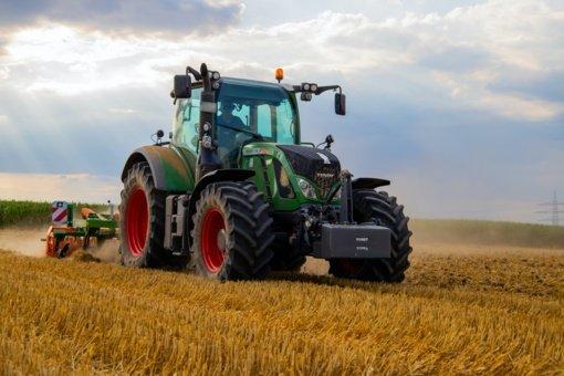 Šiaulių rajone iš kieme stovėjusių traktorių pavogtos navigacijos