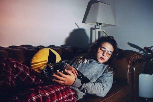 Miegate prie įjungto televizoriaus? Medikai turi jums blogų žinių