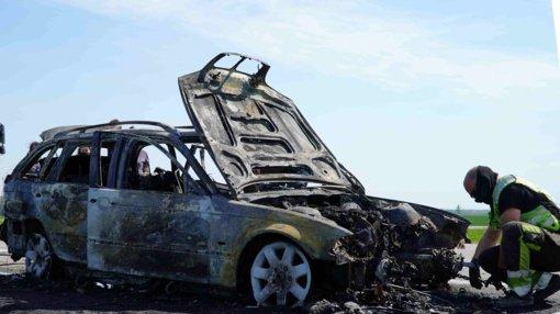 Šiaulių rajone su kontrabandinėmis cigaretėmis sprukęs vairuotojas automobilį padegė tiesiog pareigūnų akivaizdoje