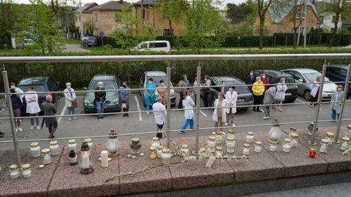 Tylus protestas: Šiaulių medikai žvakučių jūra pagerbė iš gyvenimo pasitraukusios kolegės atminimą