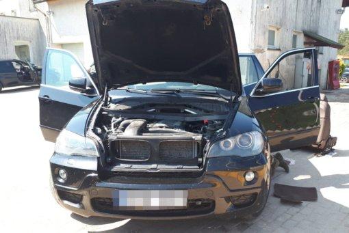 Šalčininkų rajone pasieniečiai sulaikė cigarečių slėptuvėmis paverstus du BMW visureigius