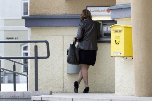 Siūloma įpareigoti bankus statyti bankomatus taip, kad žmonės juos pasiektų 5 km spinduliu