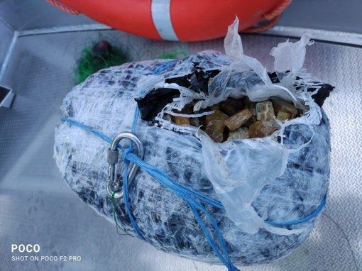 Pagėgių savivaldybėje pasieniečiai iš Nemuno ištraukė daugiau kaip 15 kilogramų gintaro