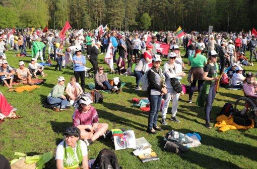 """Į Vingio parke vykstantį """"Didįjį šeimos gynimo maršą"""" susirinko keli tūkstančiai žmonių"""