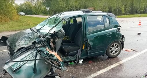 Kėdainių rajone susidūrė du automobiliai ir sunkvežimis: prispaustą vairuotoją vadavo ugniagesiai (vaizdo įrašas)