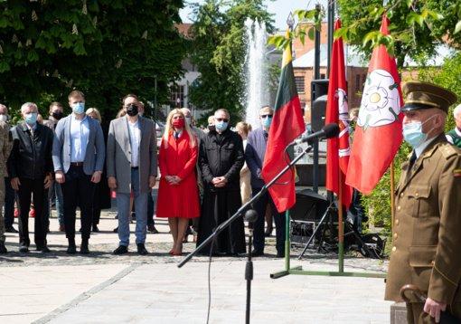 Prie paminklo partizanams – salvės už partizanus, kariuomenę ir Lietuvos žmones