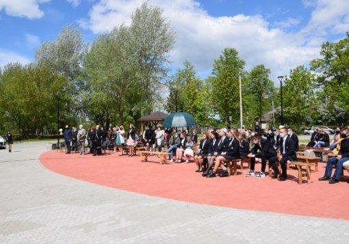 """Pilviškių """"Santakos"""" gimnazijos abiturientams aidėjo paskutinis skambutis"""