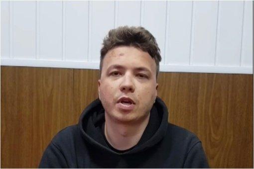 Po lėktuvo nutupdymo Baltarusijoje sulaikytas tinklaraštininkas pasirodė vaizdo įraše