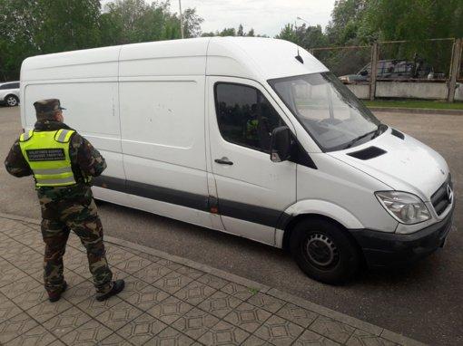 Lazdijų rajone pasieniečiai sulaikė galimai Anglijoje pavogtą mikroautobusą