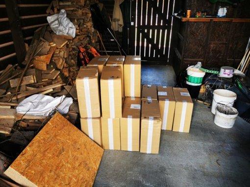 Pareigūnai Mažeikiuose išsiaiškino prekiautojus kontrabandinėmis cigaretėmis ir namine degtine