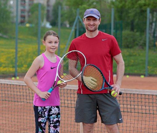 Teniso entuziastai rezervuoja treniruočių laiką kortuose