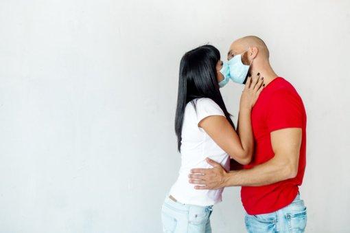 Pasiskiepijęs vyras atsisako nusiimti kaukę sekso su žmona metu