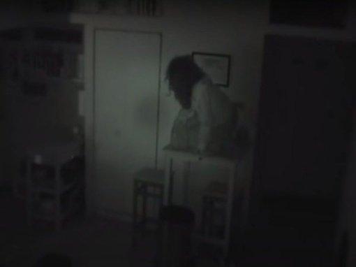 Šokiruojantis vaizdo įrašas: vyro bute slapta gyveno nepažįstama moteris