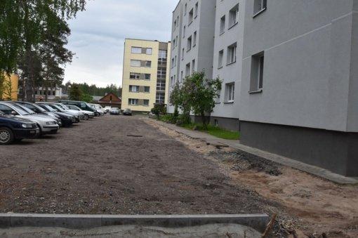 Varėnoje laikinai stabdomi automobilių stovėjimo aikštelių atnaujinimo darbai