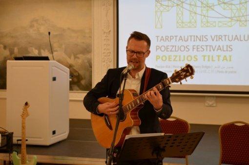 """""""Poezijos tiltų"""" festivalio dalyviai pagerbė poeto V. Mačernio atminimą"""