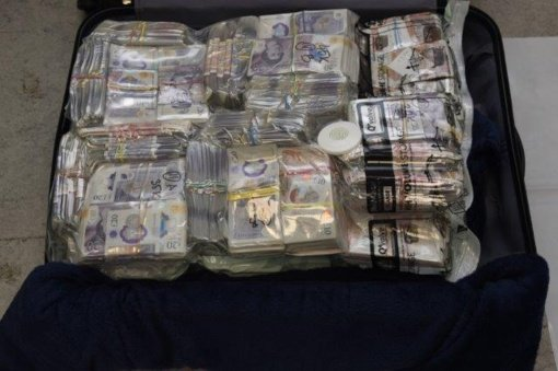 Oro uoste sulaikyti penki lagaminai pinigų