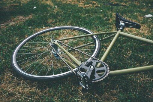 Mopedu važiavęs paauglys sukėlė avariją, nukentėjo dviratininkai