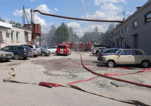 Vilniuje gausios ugniagesių pajėgos gesina užsiliepsnojusį putplastį ir angarą