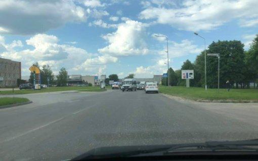 Pramonės gatvėje susidūrė trys automobiliai, nukentėjo mergina