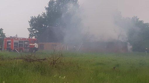 Gegužių gatvėje – dūmų stulpai, dega namas (vaizdo įrašas)