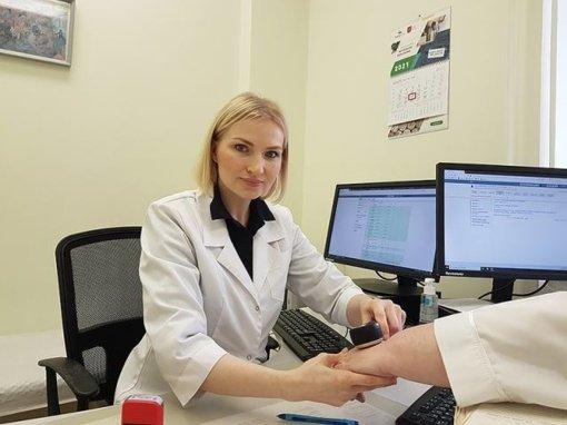 Jauna medikė, smuiką iškeitusi į dermatoskopą