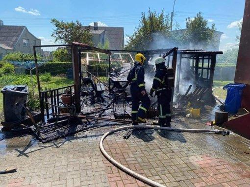 Kelmėje užsidegus pavėsinei ugnis vos nepasiglemžė ir greta stovėjusio gyvenamojo namo