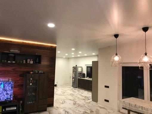 Įtempiamos lubos virtuvėje – kurį dizainą pasirinkti?