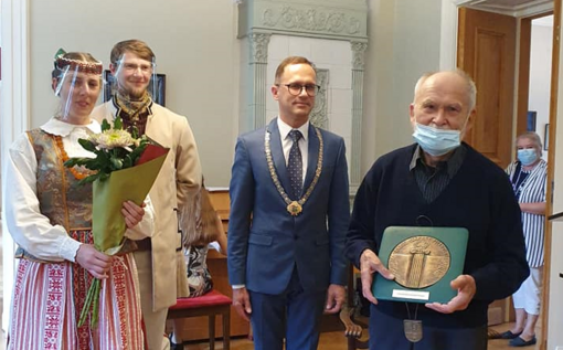 Menininkui Valentinui Antanavičiui įteiktos  Šakių Garbės piliečio regalijos