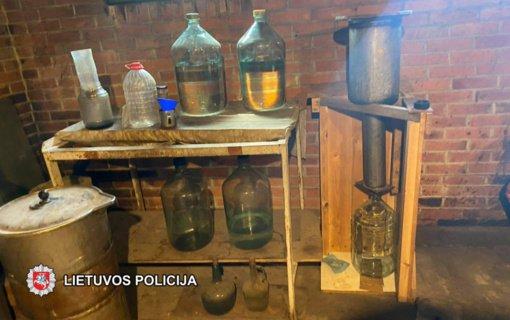 Klaipėdos rajone policijos pareigūnai rado daugiau kaip 400 litrų galimai naminės degtinės