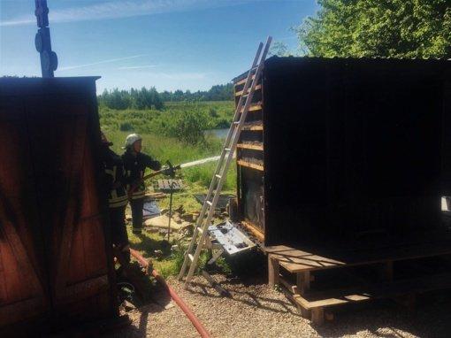Į Paluokesos kaimą ugniagesiai skubėjo dukart: degė žuvies rūkykla ir pieva
