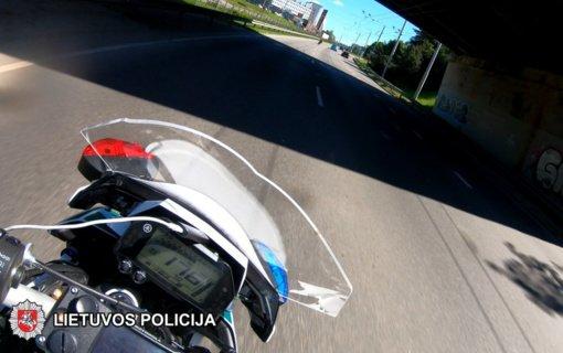 Sostinės gatvėmis skriejusiam motociklininkui teks stipriai paploninti piniginę (vaizdo įrašas)
