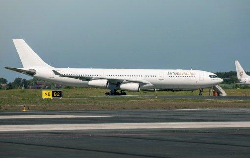 """Šiaulių oro uoste nusileido """"Airbus A340"""" – pirmasis tokio tipo orlaivis Šiauliuose"""