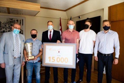 """Pagerbta """"Lietkabelio"""" krepšinio komanda: įteikta 15 tūkst. eurų premija"""
