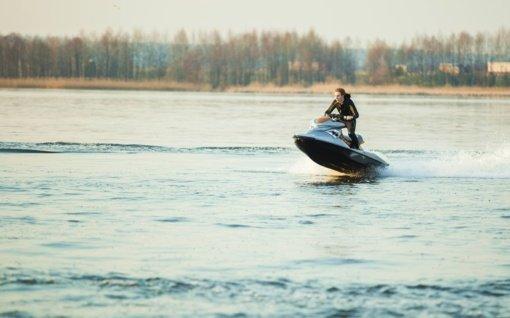 Molėtai siekia neleisti rajono ežeruose plaukioti vandens motociklais