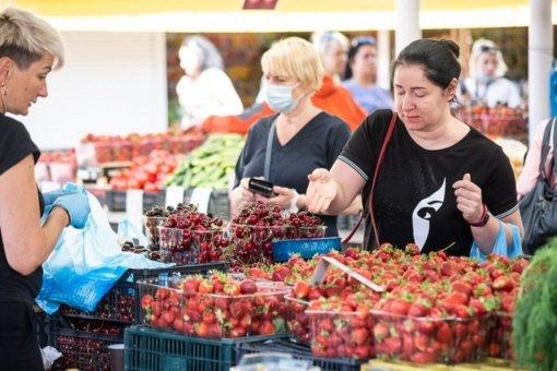 """Panevėžio turguje jau galima įsigyti ir vasaros gėrybių: kainos – """"nesikandžioja"""""""