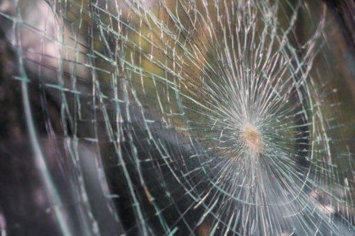 Automobilių stiklų įdaužų atvejai dažnumu nusileidžia tik avarijoms: kaip nuo jų apsisaugoti?