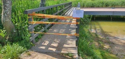 Graužio ežero pakrantėje Lentvaryje įlūžo tiltelis