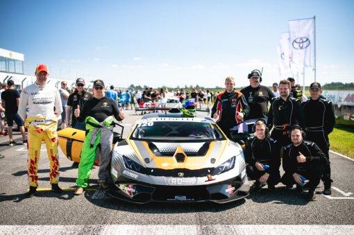 """""""Aurum 1006 km lenktynių"""" trasoje – šiauliečiai lenktynininkai ir jų įspūdingas """"Lamborghini"""""""