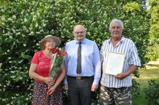 Pakruojo rajono meras pasveikino auksinių vestuvių jubiliatus