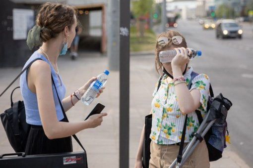 Sostinės viešojo transporto keleiviams – vanduo stotelėse