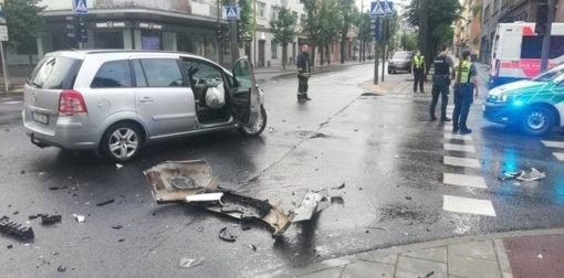 """Stiprus """"Opel"""" ir troleibuso susidūrimas Kauno centre: du žmonės išvežti į ligoninę"""