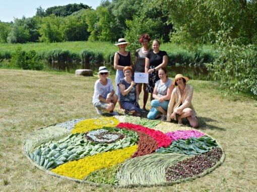 Bibliotekos bendruomenė kūrė magišką žolynų kilimą Vasarvidžio šventei