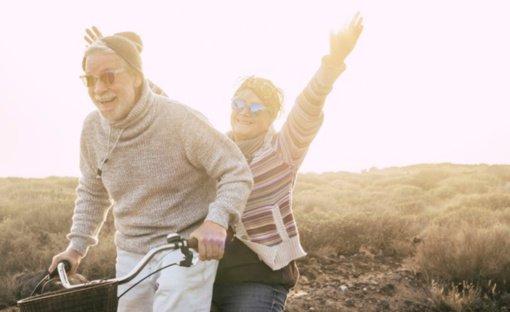 Gydytojas įspėja vyresnio amžiaus žmones: vien saulės spindulių organizmo stiprinimui neužtenka