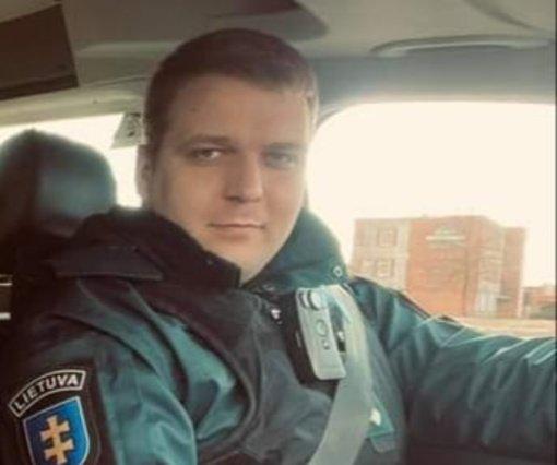 Akmenės rajono pareigūnas ne tarnybos metu padėjo sulaikyti sunkiai apgirtusį automobilio vairuotoją
