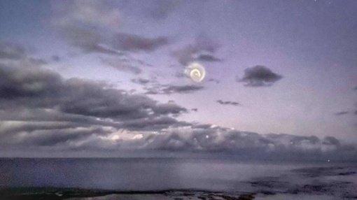 Danguje užfiksavo keistenybę – švytinčią spiralę (vaizdo įrašas)