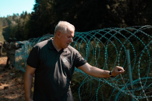 Ministrai įvertino situaciją pasienyje, kur pradėta tiesti spygliuota tvora