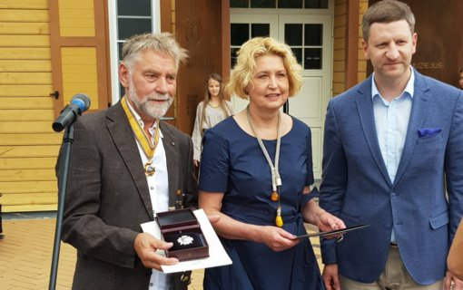 """Gintaro meno puoselėtojui K. Mizgiriui įteiktas garbės ženklas """"Nešk savo šviesą ir tikėk"""""""