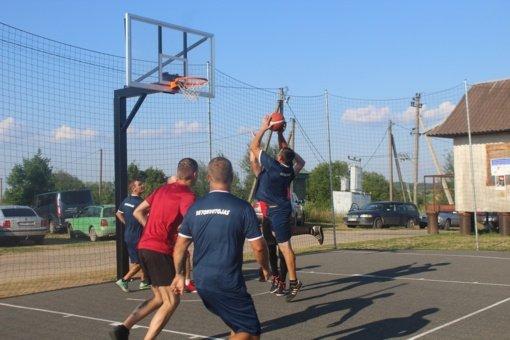 Veriškių kaimo bendruomenė džiaugiasi nauja krepšinio aikštele